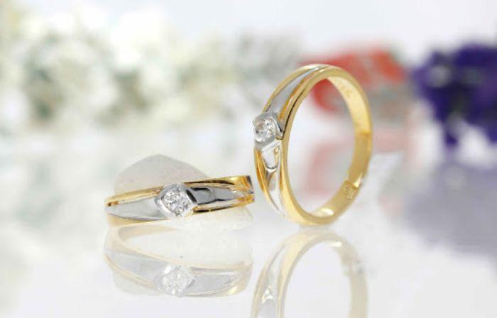 Nhẫn cưới trơn đính đá là sự lựa chọn hoàn hảo bạn không nên bỏ qua