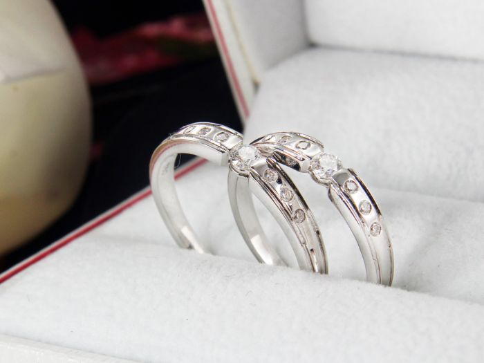 Nhẫn cưới trơn bằng vàng trắng tạo nên sự mới mẻ và độc đáo